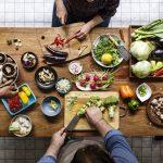 Menschen bereiten ein Essen zu